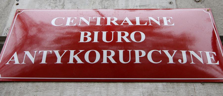 Zarzuty zmowy przetargowej postawiła Prokuratura Regionalna w Łodzi pięciu osobom - członkom władz spółek miejskich z Pruszkowa i Koła podejrzanym o ustawianie przetargów na ponad 2,5 mln zł. Grozi im kara do 3 lat więzienia.
