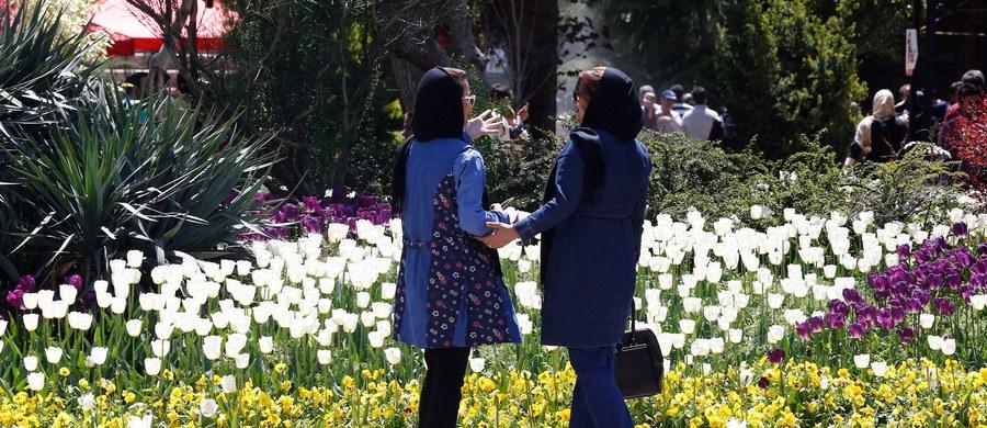 Kobiet z odsłonięta głową i ramionami, z gołymi nogami nie spotyka się na irańskich ulicach. Są jednak w przestrzeni publicznej miejsca, w których nie obowiązują sztywne reguły ubioru podyktowane przez ortodoksyjny islam - to miejskie parki dla kobiet.