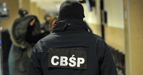 Sąd zdecydował o areszcie dla 2 funkcjonariuszy CBŚP podejrzanych o przekroczenie uprawnień w czasie akcji likwidowania największej w okolicach Warszawy nielegalnej rozlewni perfum. W sumie zarzuty usłyszało już 16 funkcjonariuszy, którzy sa podejrzani o przywłaszczenie części zabezpieczonych towarów.