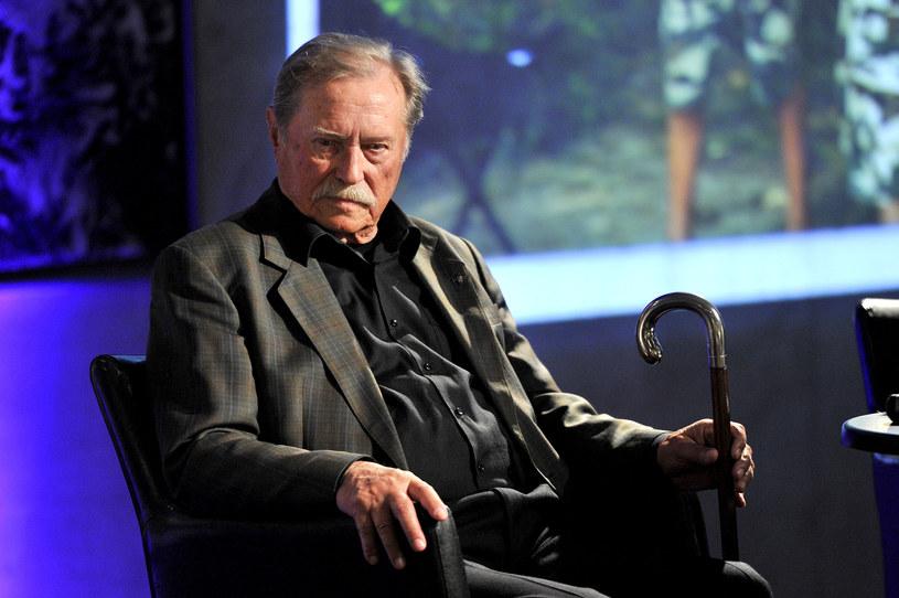 """Emil Karewicz to aktor znany z ról w takich produkcjach, jak """"Kanał"""", """"Baza ludzi umarłych"""", """"Hubal"""", """"Krzyżacy"""" czy """"Jak rozpętałem drugą wojnę światową"""". Choć ma w dorobku wybitne kreacje filmowe i teatralne, w pamięci wielu widzów pozostaje Brunnerem z serialu """"Stawka większa niż życie""""."""