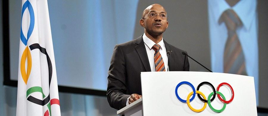 Zdobywca czterech srebrnych medali olimpijskich w biegach na 100 i 200 m Frankie Fredericks zrezygnował z członkostwa w specjalnej grupie Międzynarodowego Stowarzyszenia Federacji Lekkoatletycznych (IAAF), zajmującej się dopingiem w Rosji. Zarzucono mu korupcję.