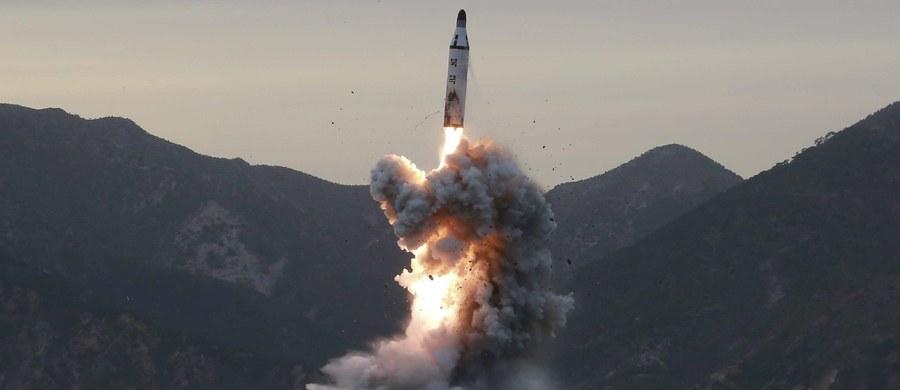 """Armia Korei Północnej ćwiczyła potencjalne ataki na amerykańskie bazy wojskowe w Japonii - poinformowała oficjalna północnokoreańska agencja prasowa KCNA po poniedziałkowych próbach z rakietami balistycznymi. Jak podała, przywódca KRLD Kim Dzong Un, który osobiście nadzorował wystrzelenie pocisków, ostrzegł, że sytuacja na Półwyspie Koreańskim jest tak poważna, że """"w każdej chwili może rozpętać się wojna""""."""