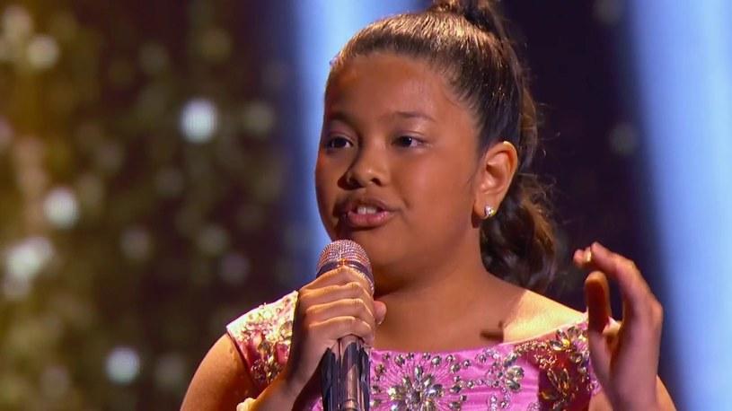 """12-letnia Elha z Filipin zachwyciła internautów swoim wykonaniem utworu """"Chandelier"""" Sii w programie """"Little Big Shots""""."""