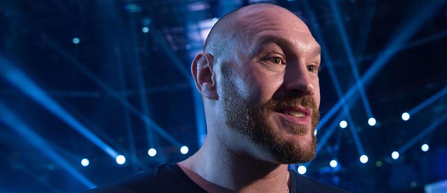 Tyson Fury, 28-letni były zawodowy mistrz świata wagi ciężkiej, ogłosił, że 13 maja - po półtorarocznej przerwie - wraca na ring. Na razie nie wiadomo, kto będzie rywalem Brytyjczyka, poza tym jest on zawieszony przez rodzimą federację. Sam zainteresowany zdaje się jednak nie mieć żadnych wątpliwości - przesłanie informacji przekazanych przez niego na Twitterze było jasne: król wraca po swoje pasy.