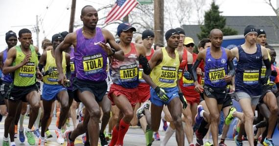 """Naukowcy z University of Colorado w Boulder pobili rekord świata w biegu maratońskim. Po raz pierwszy zeszli poniżej granicy dwóch godzin. Choć uczynili to tylko na papierze, przekonują, że kilku biegaczy ze światowej elity może to uczynić na prawdziwej trasie, dosłownie w każdej chwili. Wystarczy, że będą mieli odpowiedni sprzęt i silną wolę współpracy. Wyniki odpowiednich obliczeń i precyzyjny scenariusz bicia rekordu opublikowano w pracy zamieszczonej na stronie internetowej czasopisma """"Sports Medicine""""."""