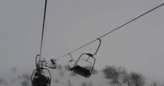 Około 130 narciarzy utknęło na krzesełkowym wyciągu narciarskim w górskim regionie Piemont we Włoszech. Wyciąg uległ awarii wskutek silnych wiatrów.