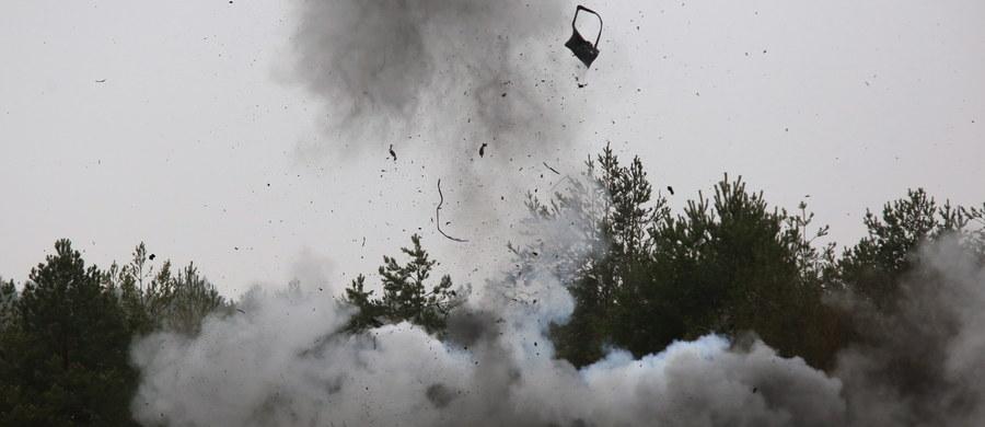 Woda rozpędzona do prędkości kilku tysięcy metrów na sekundę staje się jak beton i niszczy wszystko na swojej drodze. Tę właściwość wykorzystują saperzy do rozbrajania ładunków wybuchowych. Na poligonie koło Nowego Dworu Mazowieckiego pokazali, jak to działa.
