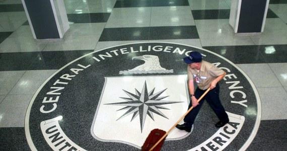Demaskatorski portal WikiLeaks opublikował tysiące dokumentów pochodzących - jak podaje - z centrum wywiadu cybernetycznego amerykańskiej Centralnej Agencji Wywiadowczej. Wynika z nich, że CIA opracowała metody włamań do smartfonów, systemów operacyjnych komputerów, czy komunikatorów internetowych. Agenci potrafili też sprawić, że telewizor południowokoreańskiego koncernu stawał się urządzeniem rejestrującym rozmowy w pomieszczeniu, w którym się znajdował. Autentyczność tych dokumentów nie została potwierdzona, ale WikiLeaks w przeszłości ujawnił już wiele prawdziwych tajemnic rządowych.