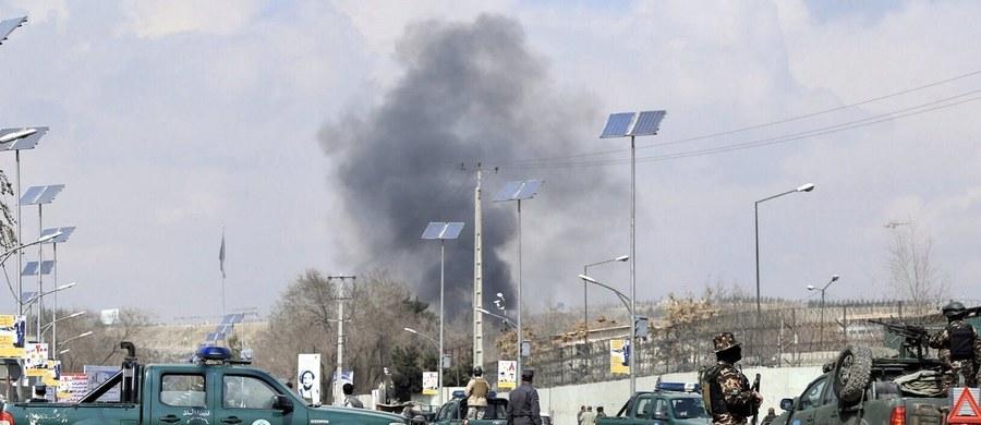 Grupa bojowników Państwa Islamskiego przebranych za lekarzy zaatakowało szpital wojskowy nieopodal ambasady amerykańskiej w stolicy Afganistanu, Kabulu. Trwa akcja służb specjalnych.