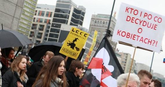 Ósmego marca na ulice polskich miast wyszli zarówno przeciwnicy m.in. ograniczania przez rząd praw kobiet, jak i przedstawicielki Forum Kobiet Polskich, które sprzeciwiają się upolitycznieniu Dnia Kobiet. Marsze zapowiadają przeciwnicy zaostrzenia prawa aborcyjnego jak i organizacje pro-life.