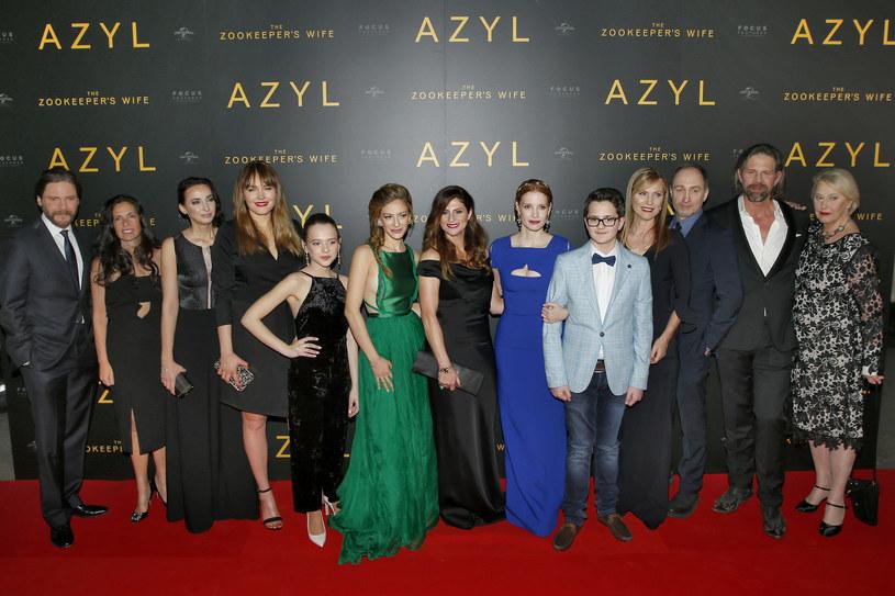 """W Warszawie 7 marca odbyła się premiera amerykańskiej produkcji """"Azyl"""" w reżyserii Niki Caro. Pokaz swą obecnością zaszczyciły gwiazdy, który wzięły udział w produkcji, w tym Jessica Chastain, Daniel Bruhl oraz Johan Heldenbergh. Na premierze obecna była również reżyserka."""
