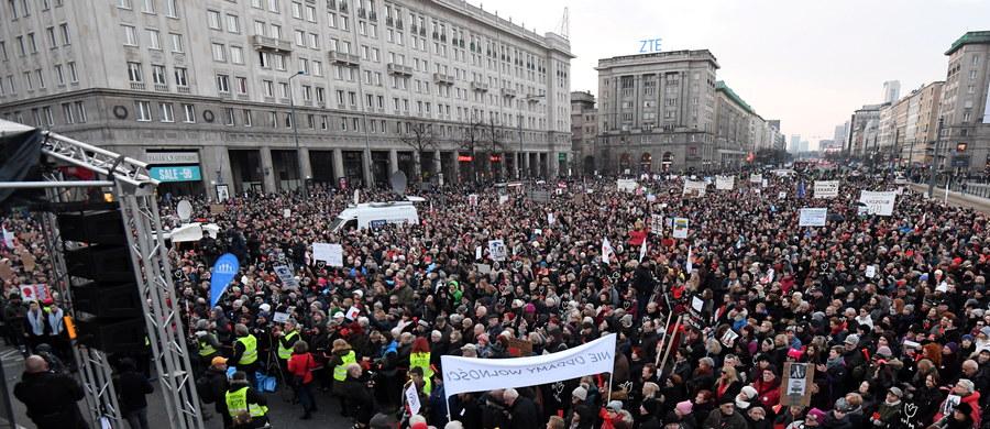 """Przeciw przemocy, ograniczeniom w dostępie do aborcji czy in vitro, w obronie wolności i praw - Polki wyszły na ulice by zaprotestować w ramach Międzynarodowego Strajku Kobiet. Obok osób prywatnych i działaczek ruchów feministycznych w protestach uczestniczyli politycy i działacze KOD. """"Solidarność naszą bronią"""", """"Szydło, niestety, twój rząd obalą kobiety"""", """"Nie składamy parasolek"""" - to niektóre z haseł obecnych na transparentach."""