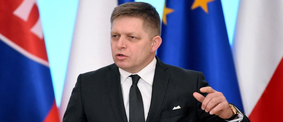 Donald Tusk powinien zostać ponownie wybrany na szefa Rady Europejskiej na szczycie w Brukseli, bez zwłoki, zanim polski rząd zdoła temu zapobiec - oświadczył premier Słowacji Robert Fico. Jego wypowiedź podała agencja dpa. Reelekcję Donalda Tuska poparli dziś także Szwedzi, Łotysze i Bułgarzy.