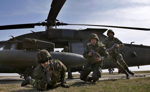"""Sekretarz generalny NATO Jens Stoltenberg oświadczył, że Sojusz """"doceniłby"""" zaproszenie ze strony Rosji do obserwowania manewrów wojskowych, które planuje ona przeprowadzić we wrześniu na Białorusi; chciałby też otrzymać bliższe informacje na ten temat."""