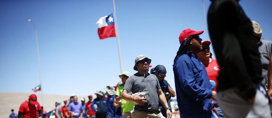 Całe Chile śledzi od miesiąca strajk 2,5 tys. górników największej na świecie kopalni miedzi Escondida na pustyni Atacama, 3300 metrów nad poziomem morza. Strajkujący przebywają w namiotach. W dzień temperatura dochodzi do 36 stopni Celsjusza, a w nocy spada do minus sześciu.
