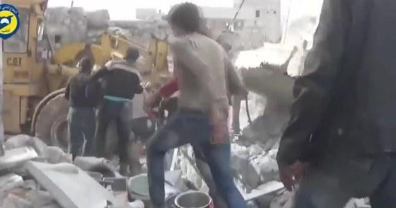 Mała dziewczynka została wyciągnięta z gruzowiska w syryjskim mieście Kafr Nubl spowodowanego nalotami bombowymi. Jak poinformowali syryjscy aktywiści, w czterech nalotach na miasto zginęło co najmniej czworo dzieci, a wiele osób zostało rannych. Na nagraniu widać akcję ratunkową ocalałej dziewczynki.