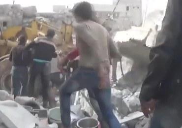 Dziewczynka wyciągnięta z gruzowiska po nalotach w Syrii. 4 innych dzieci nie żyje