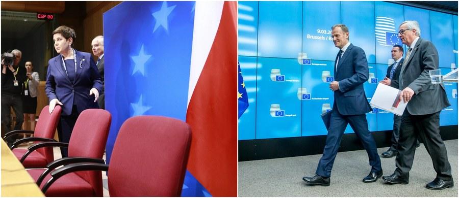"""""""Decyzja zapadła jednomyślnie - bez Polski"""" - ironizował prezydent Francji Francois Hollande po reelekcji Donalda Tuska na stanowisko szefa Rady Europejskiej. Tuska poparło 27 państw UE, przeciwna była tylko Polska. To pierwszy przypadek w historii Unii, kiedy na tak wysokie stanowisko wybrano kogoś wbrew woli jego kraju."""