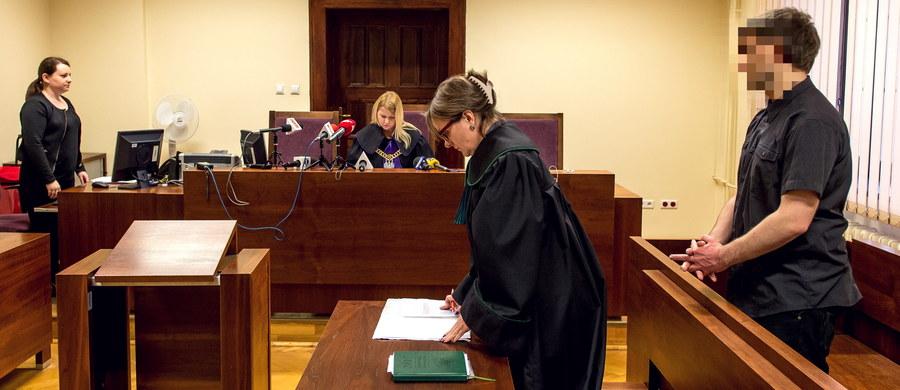 Na cztery miesiące ograniczenia wolności i prace społeczne wrocławski sąd skazał w piątek 22-latka. Mężczyzna na Facebooku dodał wpis pochwalający popełnienie przestępstwa. Chodziło o podłożenie bomby w miejskim autobusie we Wrocławiu. Wyrok nie jest prawomocny.