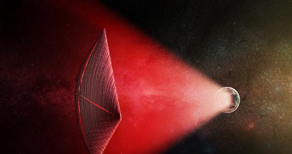 """Naukowcy z Uniwersytetu Harvarda ogłosili właśnie teorię, która może podnieść ciśnienie i tętno niejednemu miłośnikowi poszukiwań obcych cywilizacji. W pracy przyjętej do druku w czasopiśmie """"Astrophysical Journal Letters"""" stawiają tezę, że obserwowane z Ziemi, tak zwane szybkie błyski radiowe (fast radio bursts FRB) mogą być dowodem istnienia zaawansowanej, pozaziemskiej cywilizacji. Zagadkowe zjawisko może pochodzić od systemów napędzających obcym świetlne żagle pojazdów."""