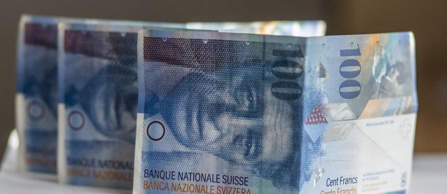 Agencja Bezpieczeństwa Wewnętrznego sprawdza, dlaczego i na jakich warunkach banki udzielały kredytów we frankach szwajcarskich. Agenci zbierają w bankach wzory umów i dokumenty.