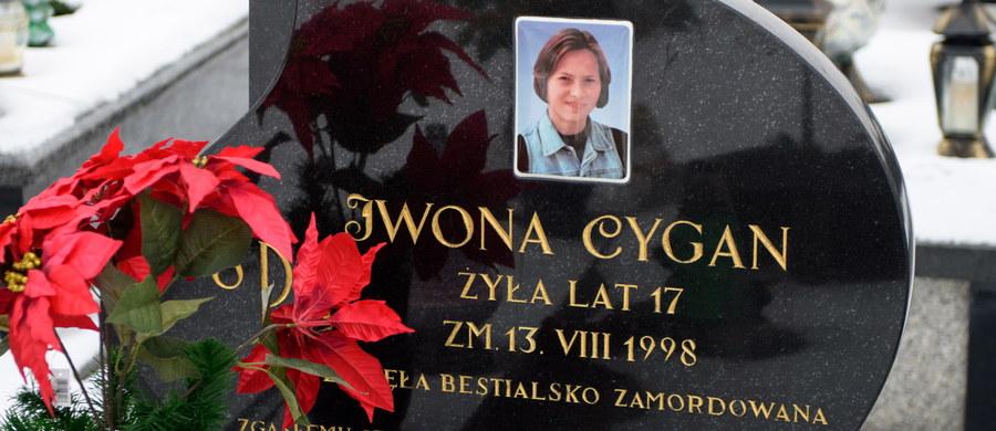 Krakowski Sąd Okręgowy aresztował kolejnych trzech funkcjonariuszy policji podejrzanych m.in. o niedopełnienie obowiązków i utrudnianie śledztwa ws. zabójstwa 17-letniej Iwony Cygan za Szczucina przed blisko 19 laty - poinformował prok. Piotr Krupiński.