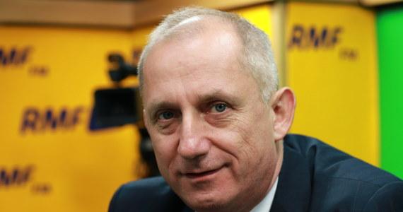 """""""Mamy świadomość arytmetyki, wiemy, że mamy mniejszość w parlamencie (…), ale uważam, że Polakom należy się poważna debata o tym, co wydarzyło się ostatnio w Europie, i jak zachowywał się polski rząd. Wniosek jest efektem tego, co robiła premier Szydło i minister Waszczykowski"""" – powiedział Sławomir Neumann w Popołudniowej rozmowie w RMF FM o planowanym wniosku o wotum nieufności wobec gabinetu Beaty Szydło. """"Wniosek będzie gotowy jutro, a w przyszłym tygodniu pokażemy kandydata, który mógłby zastąpić Beatę Szydło (na stanowisku premiera – Red.)"""" – dodał szef klubu parlamentarnego PO. Zapytany, czy tym kandydatem będzie Grzegorz Schetyna, odpowiedział: """"Nie jest to takie oczywiste. Grzegorz Schetyna będzie ten wniosek na pewno uzasadniał i mówił, dlaczego ten wniosek składamy"""". Komentując możliwość spotkania prezydiów klubów PO i Nowoczesnej Neumann stwierdził najpierw, że jest to """"daleko droga"""", ale później ocenił, że """"dobrym powodem (do takiego spotkania - Red.) będzie wniosek o odwołanie premier Beaty Szydło"""" ze stanowiska."""