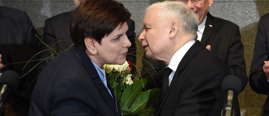 """Przyjechaliśmy z kwiatami, bo jesteśmy dumni z naszej premier - powiedział prezes Prawa I Sprawiedliwości Jarosław Kaczyński witając na lotnisku w Warszawie premier Beatę Szydło, która wróciła ze szczytu w Brukseli. """"Jesteśmy dumni z naszej premier. Naprawdę dumni. To, co pokazała w Brukseli w ciągu przedwczorajszego, wczorajszego i dzisiejszego dnia, napawa dumą"""" - oświadczył."""