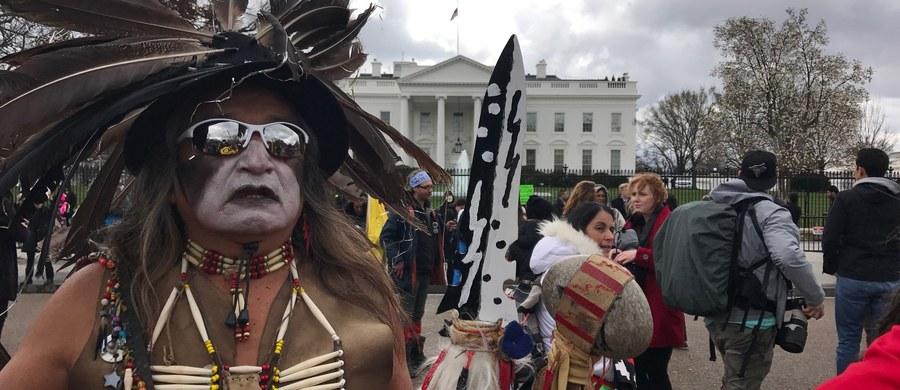Indianie z Dakoty Północnej nie dają za wygraną. I protestują przed Białym Domem przeciwko budowie ropociągu, który ma przebiegać w pobliżu ich rezerwatu. Donald Trump chce postawić jednak na swoim. Już w pierwszych dniach swojej prezydentury podpisał rozporządzenie w sprawie budowy kontrowersyjnych rurociągów, które wcześniej oprotestowali ekolodzy, a także Indianie.