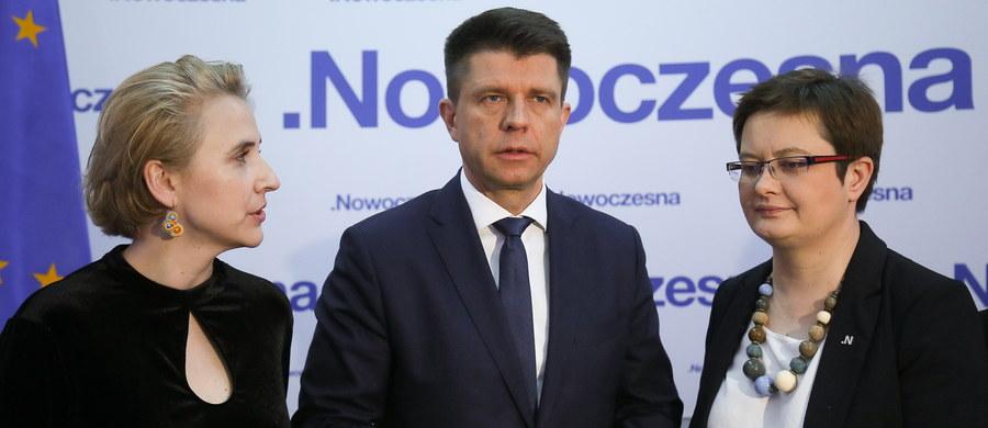Tylko dla strefy, tak dla samorządów i tak dla dobrze zorganizowanej Polski - takie przesłanie przedstawił lider Nowoczesnej Ryszard Petru na Radzie Krajowej partii. Podkreślił, że Nowoczesna sprzeciwia się planowanym zmianom w ordynacji samorządowej.