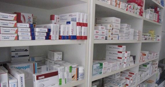 """""""Nie mamy dostępu do ponad połowy leków onkologicznych zarejestrowanych w ostatnich latach w Europie"""" - skarżą się pacjenci w petycji, którą złożą na początku tygodnia w kancelarii premiera. Stowarzyszenia chorych - wśród nich między innymi Fundacja Alivia, na zlecenie której przygotowano raport - alarmują, że wydatki na innowacyjne preparaty onkologiczne są na poziomie zaledwie dwóch procent krajowego budżetu na leki. Pacjenci skarżą się między innymi na to, że tylko w przypadku raka jajnika mają pewność, że są leczeni zgodnie z aktualną wiedzą medyczną."""