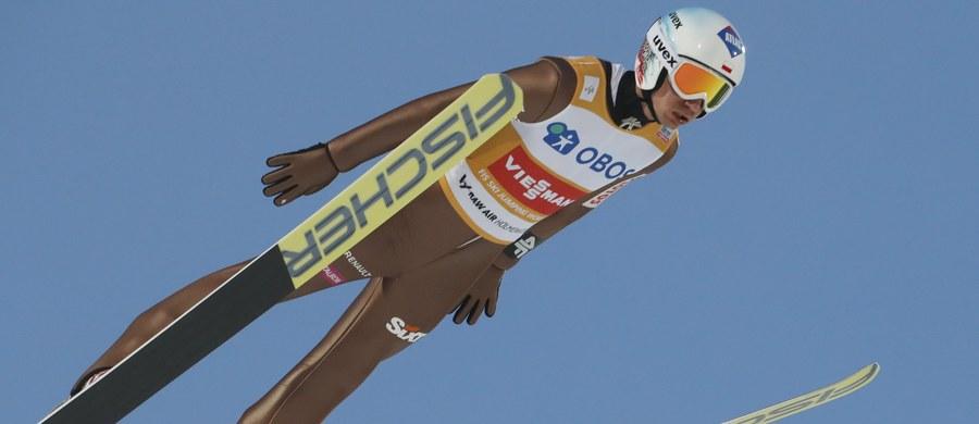 Polscy skoczkowie narciarscy zajęli trzecie miejsce w drużynowym konkursie Pucharu Świata w Oslo. Zwyciężyli Austriacy, a na drugiej pozycji uplasowali się Niemcy, którzy wyprzedzili biało-czerwonych tylko o pół punktu. W niedzielę w konkursie indywidualnym w Oslo wystartuje pięciu Polaków: Żyła, Stoch, Kubacki, Kot oraz 14. w piątkowych kwalifikacjach Jan Ziobro.