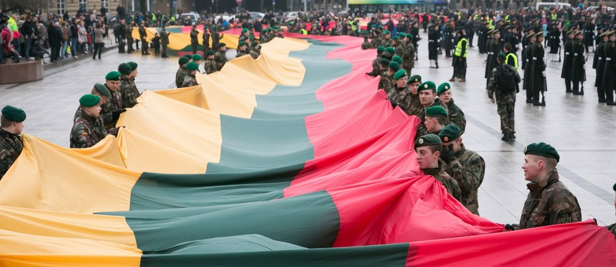 Kilka tysięcy osób wzięło udział w antynacjonalistycznym marszu w Wilnie z okazji Dnia Odrodzenia Niepodległości, który upamiętnia wydarzenia z 1990 roku. W pochodzie uczestniczyli również litewscy Polacy z biało-czerwonymi flagami.
