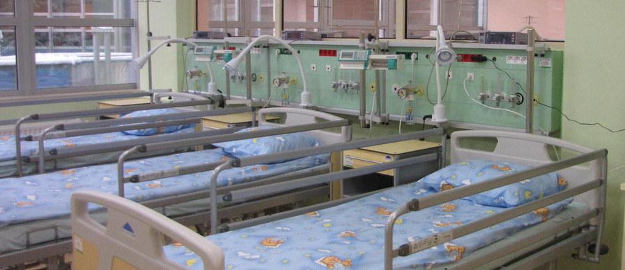 Pięcioletnia dziewczynka z okolic Gryfic w Zachodniopomorskiem trafiła na oddział oparzeniowy szpitala w Szczecinie. Jej opiekunowie najprawdopodobniej wykąpali ją w zbyt gorącej wodzie. Oboje byli pijani.