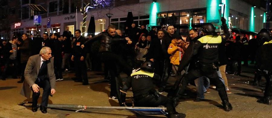 Policja w Rotterdamie aresztowała 12 osób protestujących przed konsulatem Turcji. Sobotni protest m.in. przeciw niewpuszczeniu tureckiej minister ds. rodziny i polityki społecznej do tej placówki przerodził się w starcia z policją. Funkcjonariusze w niedzielę nad ranem rozpędzili tłum.