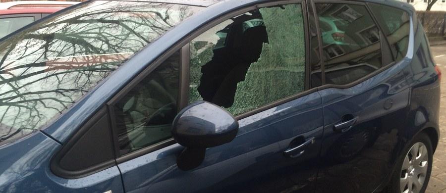 Warszawska policja wyjaśnia sprawę kilkunastu uszkodzonych samochodów w dzielnicach Wola i Bemowo. Niektóre auta mają zerwane tablice rejestracyjne, inne rozbite reflektory i wybite szyby.
