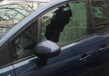 Warszawa: Kilkanaście samochodów uszkodzonych, poszukiwania sprawcy