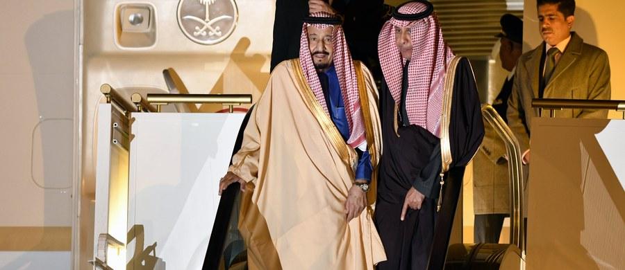 Król Arabii Saudyjskiej Salman przybył w niedzielę do Tokio, gdzie na lotnisku powitał go następca tronu książę Naruhito. Monarsze w podróży towarzyszy tysiącosobowa świta, w tym książęta i ministrowie. Król zabrał ze sobą także 460 ton bagażu.