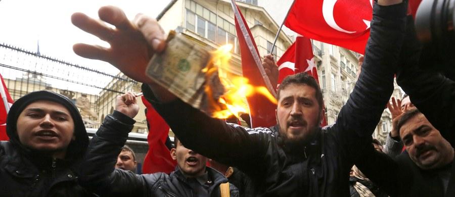 """Premier Holandii Mark Rutte zaapelował do prezydenta Turcji Recepa Tayyipa Erdogana, by zaprzestał prowokacji. Według Rutte """"podburzające komentarze"""" Erdogana nie pomogą w deeskalacji konfliktu między dwoma państwami. Wcześniej turecki prezydent stwierdził, że Holandia zachowuje się, jak """"republika bananowa"""", a działanie holenderskich władz nazwał """"rodzajem islamofobii""""."""