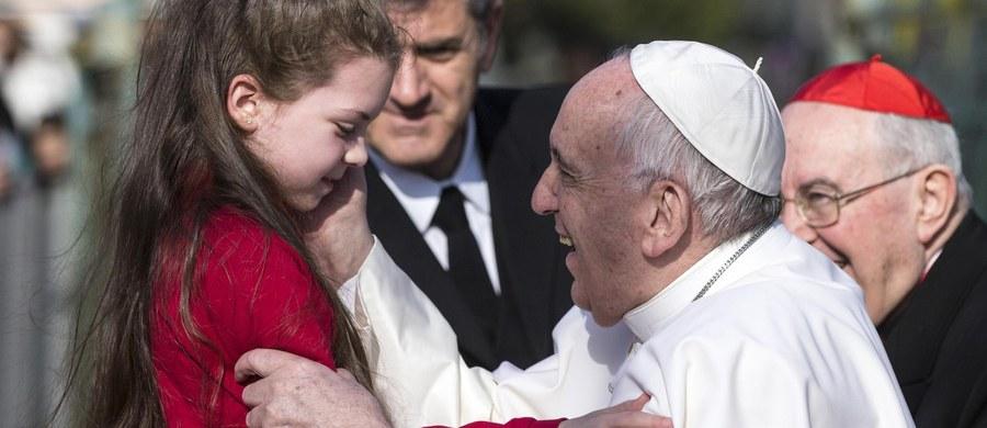 """Papież Franciszek w przeddzień czwartej rocznicy swego wyboru mówił dzieciom podczas spotkania w parafii na przedmieściach Rzymu, że """"nie płaci się"""" za to, żeby zostać głową Kościoła. Powiedział, że kto obmawia innych, zachowuje się """"jak czarownica""""."""
