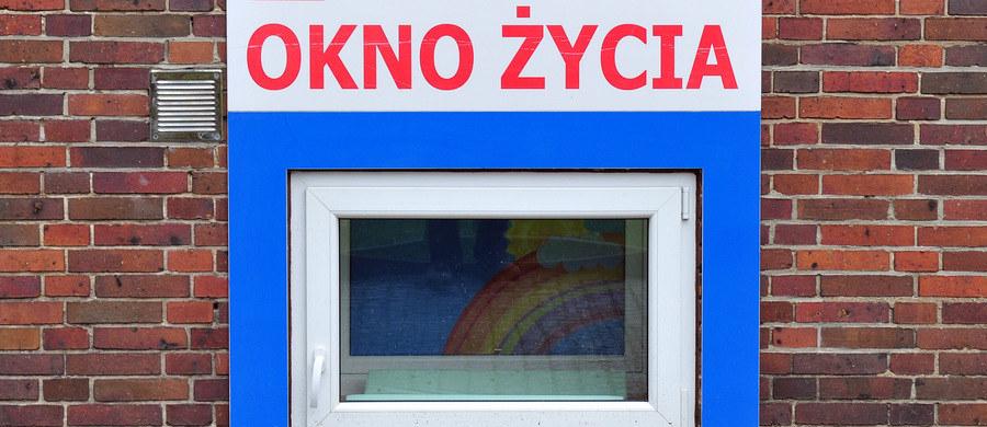 Dziecko pozostawione w oknie życia we Wrocławiu. Noworodek trafił tam przed godz. 20 w niedzielę. Jego stan wskazywał na to, że urodził się kilka godzin wcześniej. Dziecko trafiło do szpitala.