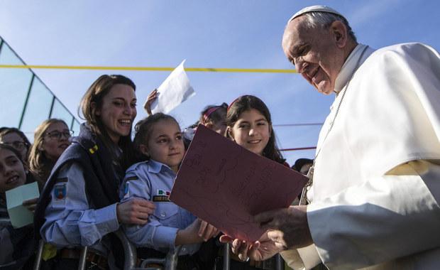4 lata temu Jorge Mario Bergoglio został wybrany przez konklawe na nowego papieża. Zastąpił Benedykta XVI, który zrzekł się urzędu po kilku latach pontyfikatu. Rekordowe zaufanie, bogaty plan zapowiedzianych i przygotowywanych podróży, determinacja w reformowaniu Kościoła, ważne gesty ekumeniczne i kolejne nowości - oto obraz pontyfikatu papieża Franciszka.