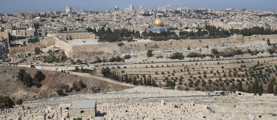 Palestyńczyk zaatakował nożem dwóch izraelskich strażników granicznych niedaleko jednego z wejść do starej części Jerozolimy. Mężczyzna został zastrzelony przez policję. Jeden ze strażników jest ciężko ranny.