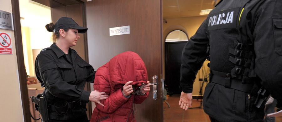 """Nie będzie tymczasowego aresztu dla kobiety z Gryfic w Zachodniopomorskiem, która w zbyt gorącej wodzie wykąpała swoją 5-letnią córkę. Sąd odrzucił wniosek policji i prokuratury o dwa miesiące aresztu dla 29-latki. """"Sąd podjął decyzję o zwolnieniu z aresztu kobiety, tłumacząc, że nie ma przesłanek, by zastosować wobec niej środek zapobiegawczy w postaci aresztowania"""" - powiedział Marcin Stawirej z Prokuratury Rejonowej w Gryficach. Jak dodał, prokuratura planuje zaskarżenie decyzji sądu. """"Kobieta została odprowadzona do komendy policji i będzie wolna"""" - dodał."""