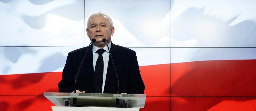 """""""Uwagi, że chcemy wyprowadzić Polskę z UE są kłamstwem"""" - powiedział prezes PiS Jarosław Kaczyński. """"Z panią Le Pen mamy tyle wspólnego co z panem Putinem"""" - podkreślił i jak dodał: spór o Donalda Tuska miał  - i tego nie ukrywamy - aspekt personalny. W rozmowie z poniedziałkową """"Rzeczpospolitą"""" kandydatka skrajnej prawicy w wyborach prezydenckich we Francji Marine Le Pen, miała powiedzieć, że """"jeżeli wygra, podejmie współpracę z Kaczyńskim w demontażu Unii""""."""