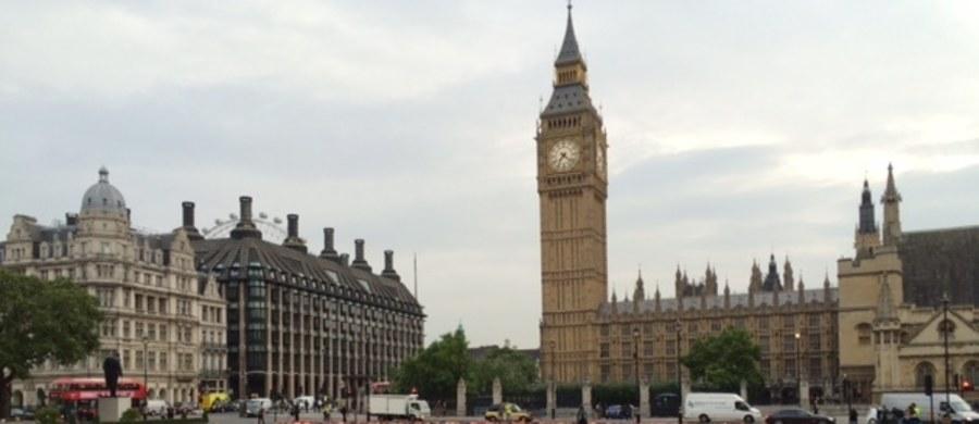 """Brytyjska Izba Gmin debatuje nad poprawkami zgłoszonymi do ustawy brexitowej przez Izbę Lordów. Daje ona rządowi premier Theresy May prawo do uruchomienia procedury wyjścia z Unii Europejskiej. Jeśli Izba Gmin odrzuci poprawki, ustawa zostanie ponowie skierowana do izby wyższej parlamentu. Komentatorzy śledzący rozwój sytuacji mówią o """"legislacyjnym ping-pongu""""."""
