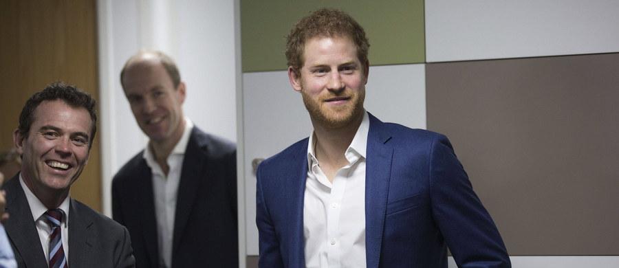 James Hewitt, dawny kochanek księżnej Diany, zaprzeczył w wywiadzie dla australijskiej telewizji plotkom, jakoby był ojcem młodszego syna księżnej, księcia Harry'ego. Spekulacje na ten temat krążyły w mediach od wielu lat z uwagi na podobieństwo obu mężczyzn. W tym roku minie 20. rocznica śmierci księżnej, która zginęła w wypadku samochodowym w Paryżu.