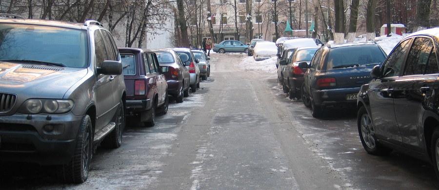 Rosja wprowadza państwową normę na dopuszczalną dziurę w jezdni. Nie może być głębsza niż 5 cm, dłuższa niż 60 cm i szersza niż 15 cm. Za większe uszkodzenia jezdni urzędnicy i zarządcy dróg mają być karani grzywnami, które zwiększono 10-krotnie.