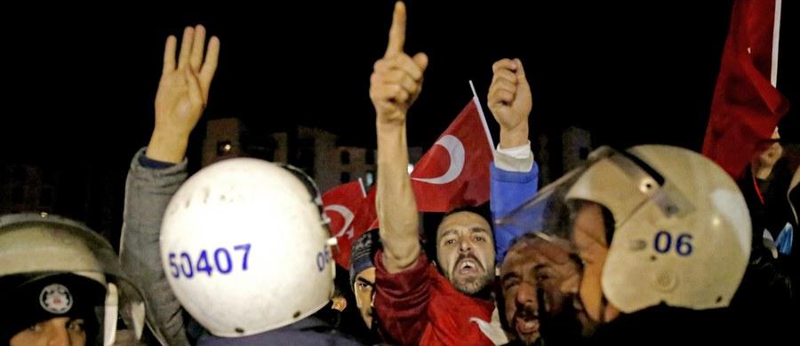 Turcja zawiesza kontakty dyplomatyczne na wyższym szczeblu z Holandią w związku z niedopuszczeniem na jej terytorium publicznych wystąpień dwojga tureckich ministrów - oświadczył pełniący funkcję głównego rzecznika rządu wicepremier Numan Kurtulmus.