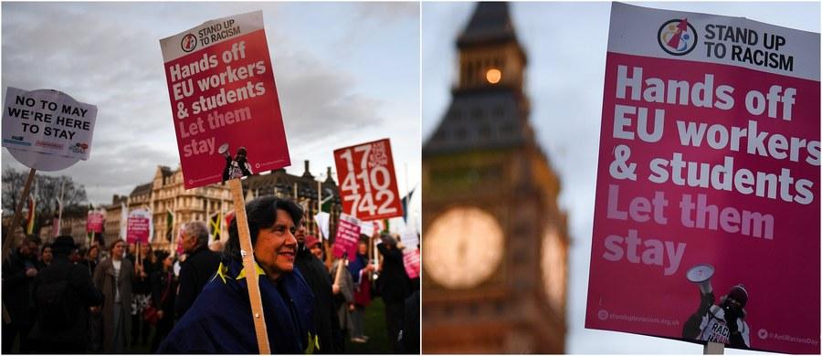 Obie izby brytyjskiego parlamentu przyjęły w poniedziałek późnym wieczorem ustawę upoważniającą premier Theresę May do rozpoczęcia negocjacji w sprawie wyjścia Wielkiej Brytanii z Unii Europejskiej. Procedura ma się rozpocząć jeszcze w tym miesiącu. Kilka godzin wcześniej Izba Gmin - niższa izba brytyjskiego parlamentu - odrzuciła poprawki do ustawy brexitowej, które zaproponowali członkowie Izby Lordów. Jedna z poprawek dotyczyła zagwarantowania praw obywatelom Unii Europejskiej mieszkającym na Wyspach.